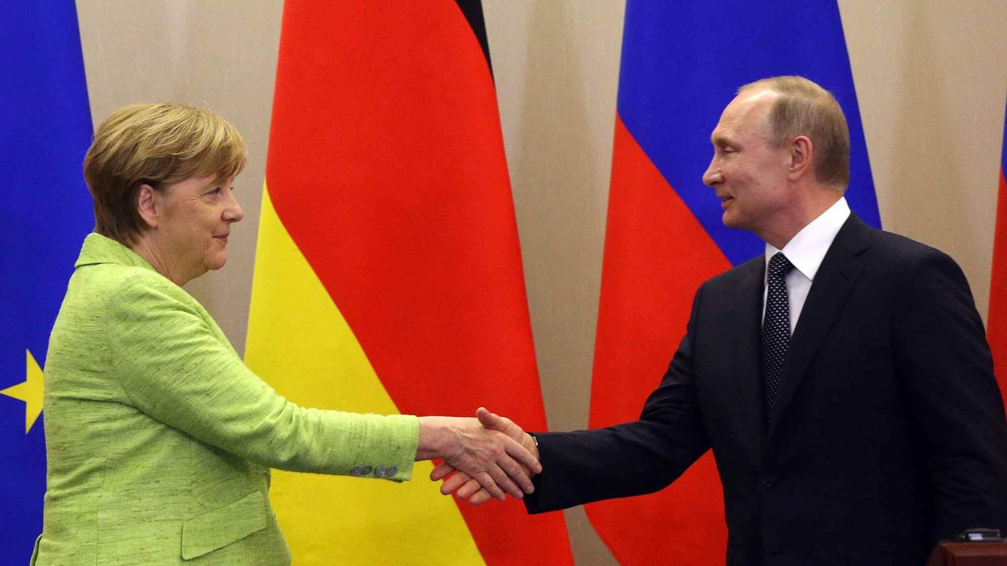 Putin, Merkel exchange congratulations on 75th anniversary of Nazi defeat