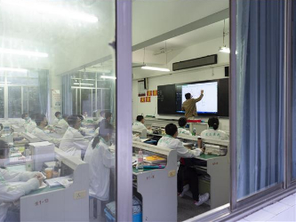 Senior students at Xiangyang's high school take face-to-face class