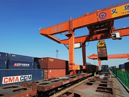 China's rail freight volume rises in January-April