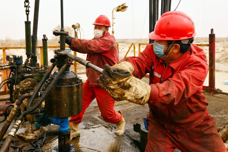 Oil majors to trim spending for this year