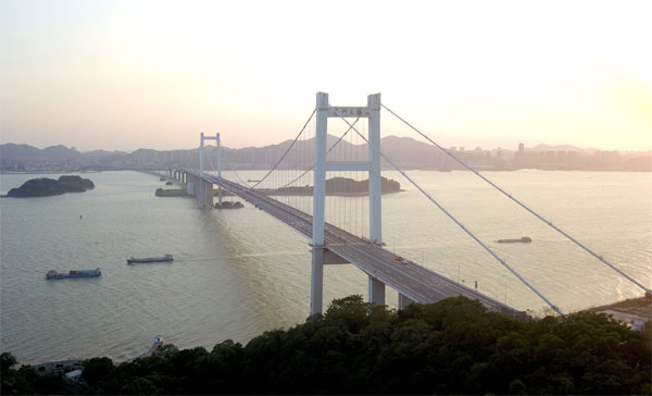 Report: Suspension bridge that vibrated 'is safe'