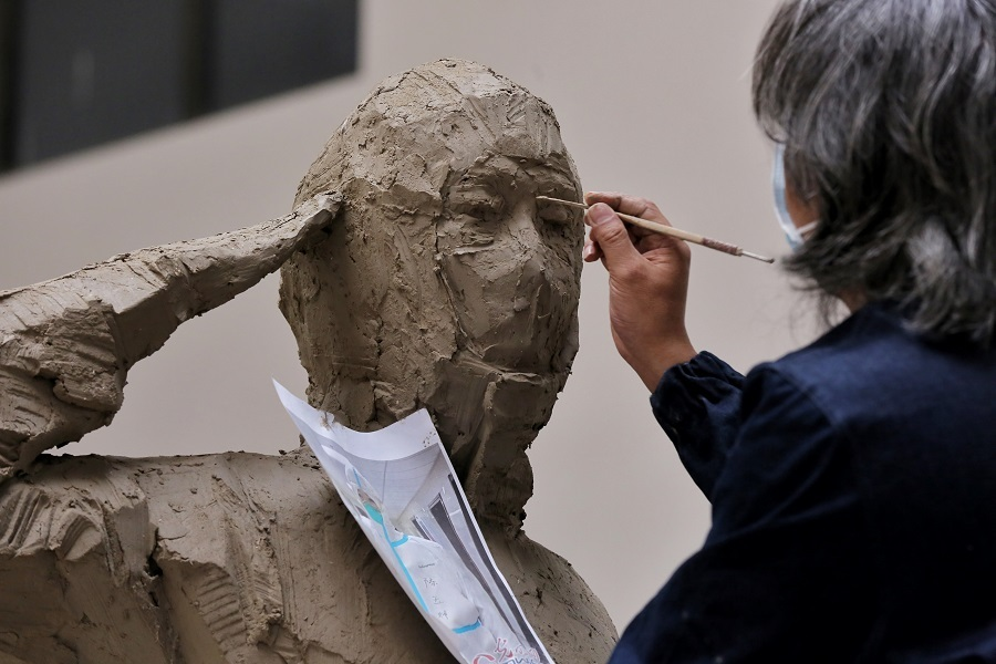 Tribute to frontline medics emerges from sculptor's hands