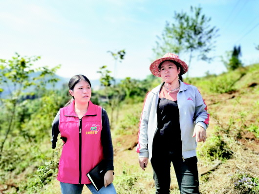 Woman leads villagers to better life with one arm