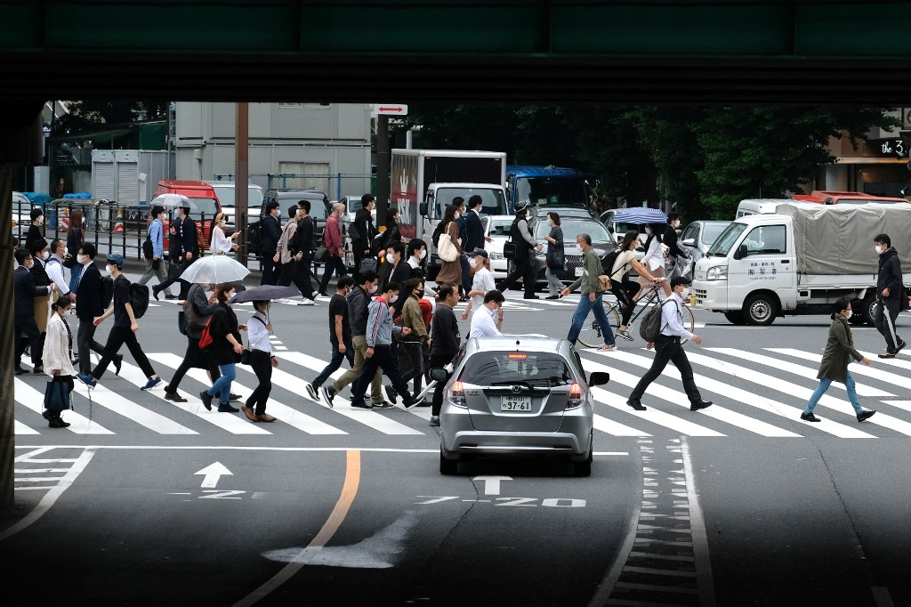 Pedestrians walk on a crossing in Tokyo on May 18, 2020..jpg