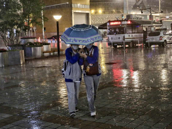 Heavy rain lashes Beijing