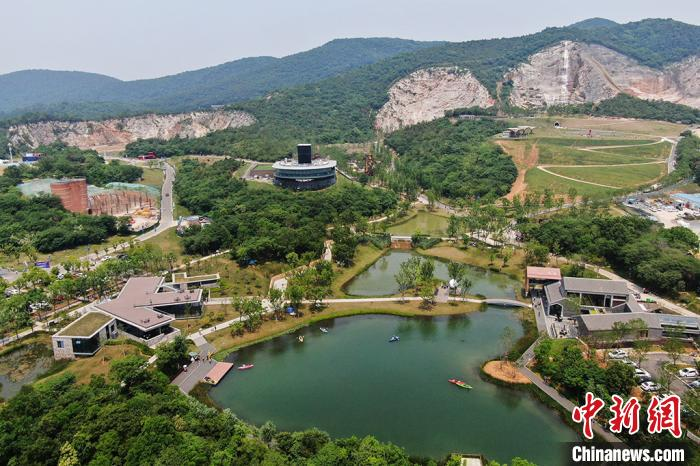 Abandoned stone mining site in Nanjing becomes tourist destination