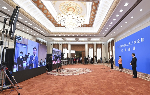 Young lawmakers introduce first-hand two sessions information via short video platforms