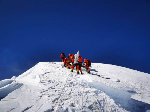 Chinese surveying team reaches Mt. Qomolangma summit