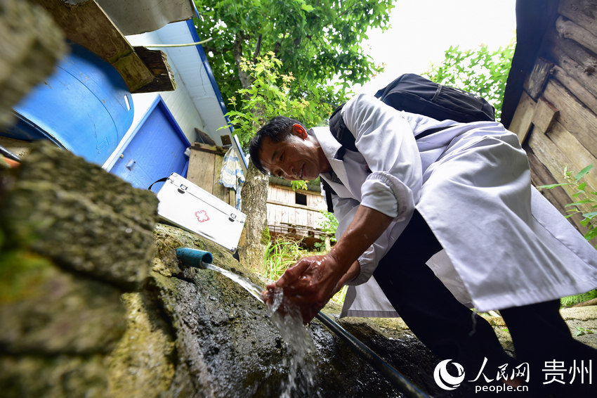 """""""Ferryboat village doctor"""" dedicated to serving local community in Guizhou"""