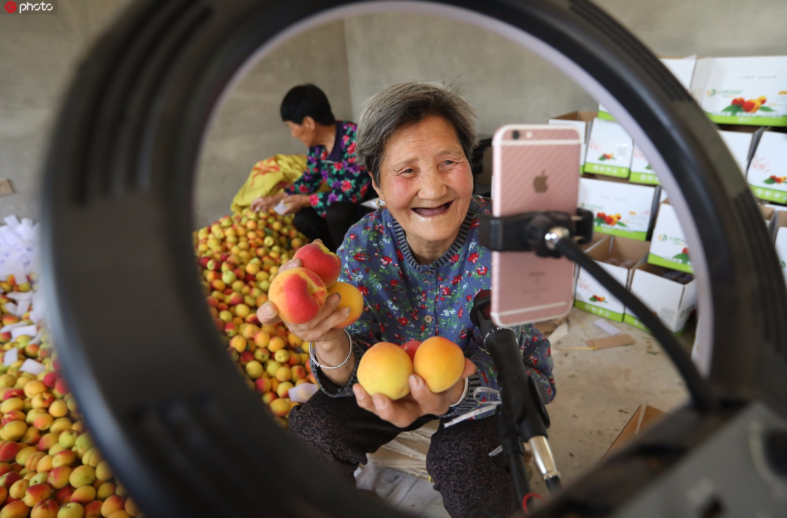 80-year-old granny sells local fruit through live streaming