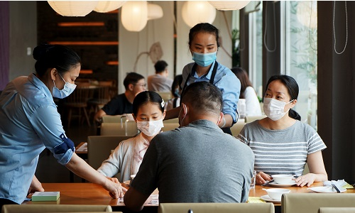 Hubei restaurant owners in Shanghai find ways to survive amid COVID-19