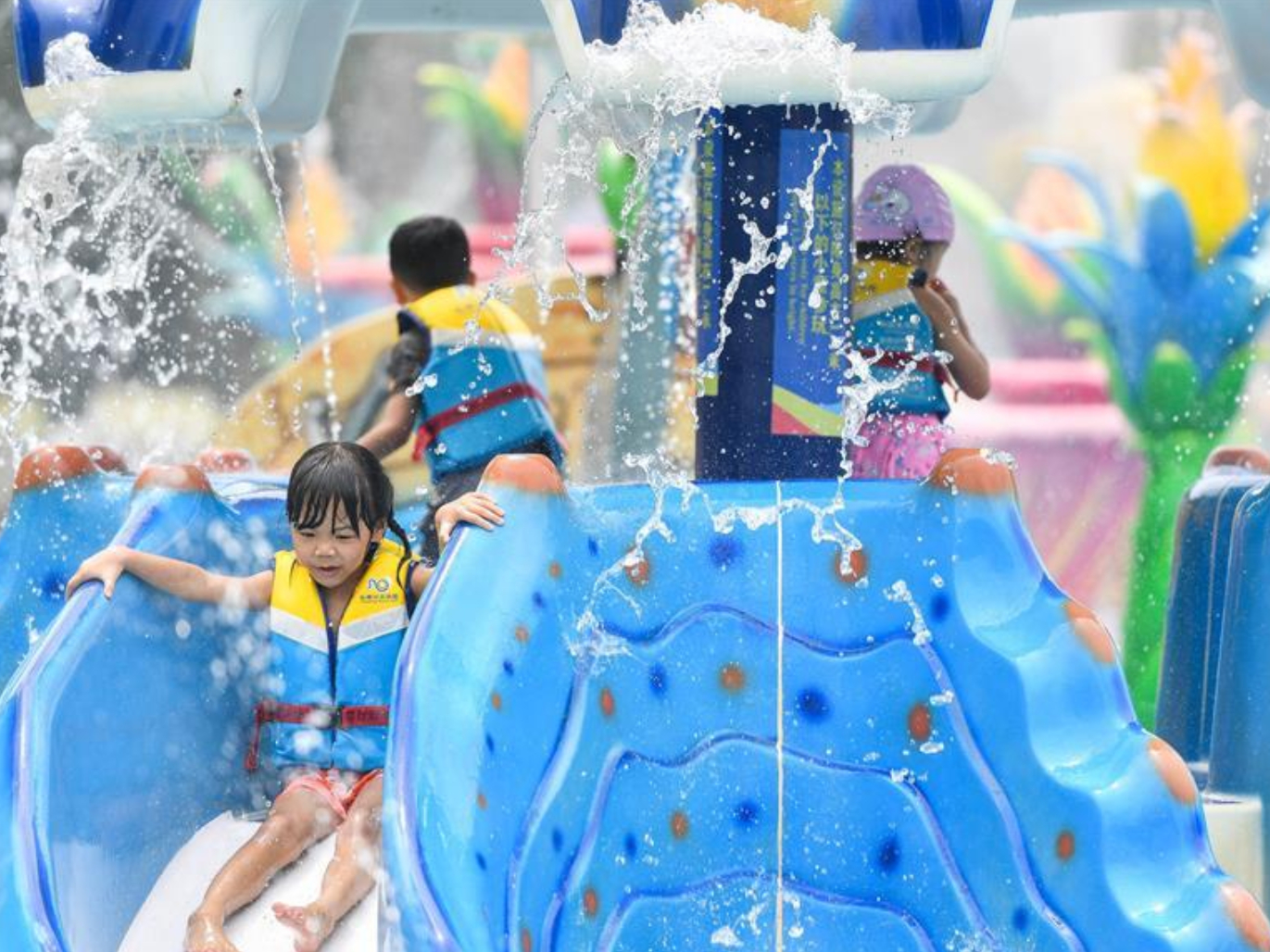 Guangzhou's Chimelong Water Park reopens with COVID-19 prevention measures
