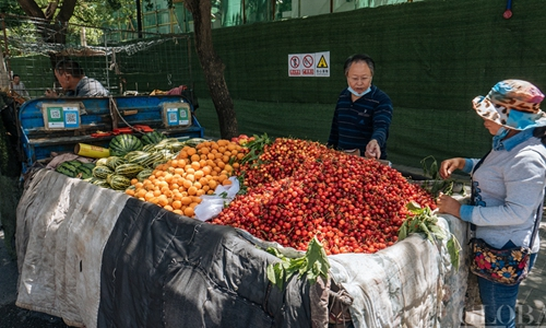China welcomes back street carts