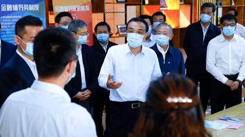 Premier Li stresses channeling funds to small businesses, people in difficulty