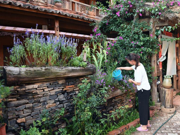 Villagers shake off poverty by developing rural tourism in Xianrendong Village, SW China