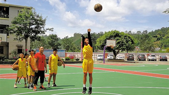 Millions in China in awe at one-armed boy's basketball skills