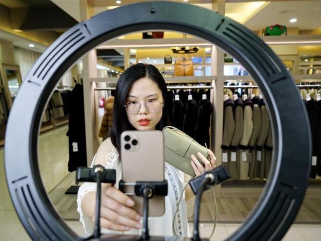 Online hosts promote garments via livestream platform in Hebei