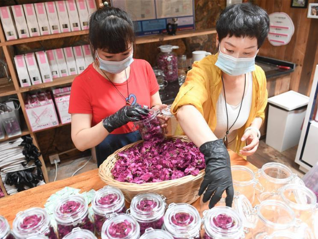 Cosmetics industry booms in Daixi Town, Zhejiang