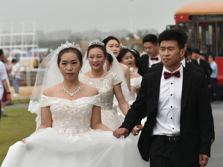 Qingdao holds mass wedding for virus fighters