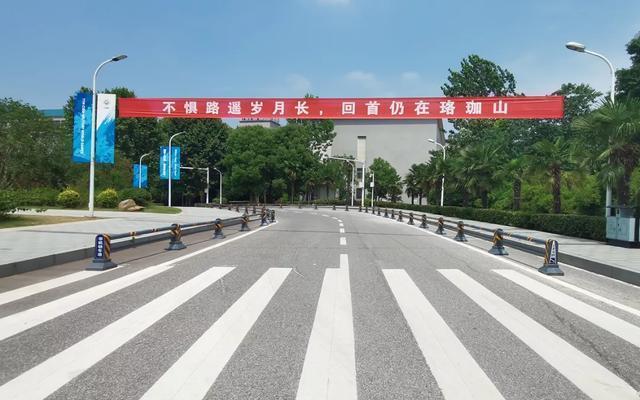 Wuhan universities welcome returning senior students