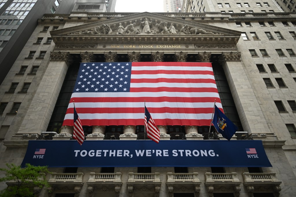 US stocks end mostly down as Fed keeps interest rates low