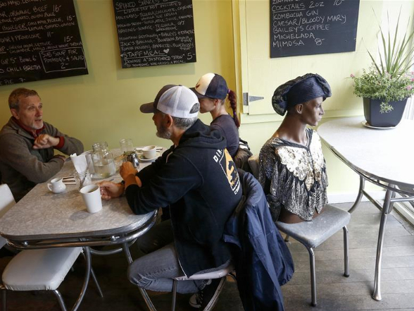 Restaurant uses mannequins to help diners practice physical distancing