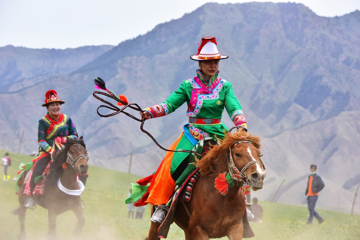 Traditional horse racing thunders through Gansu