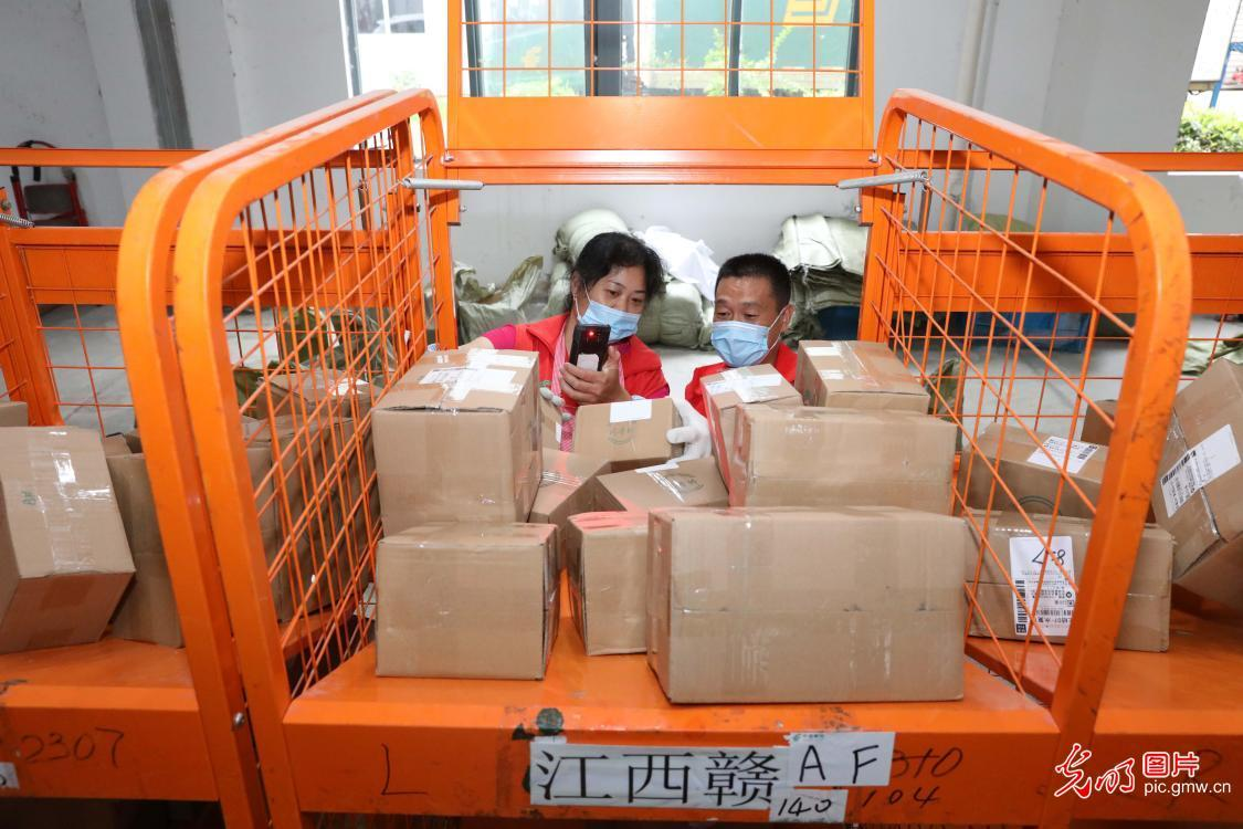 "Volunteers assist online sellers to prepare for ""618"" online shopping gala in E China's Jiangsu"