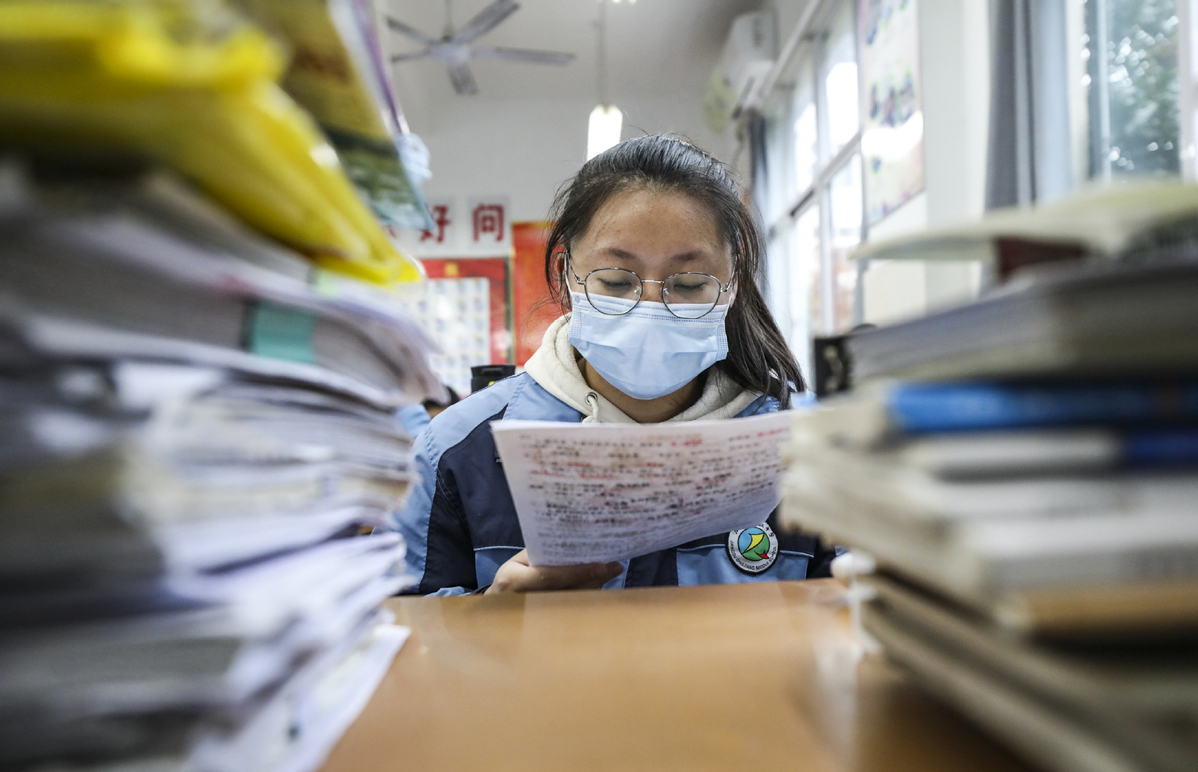 Students need to wear masks during college entrance exam