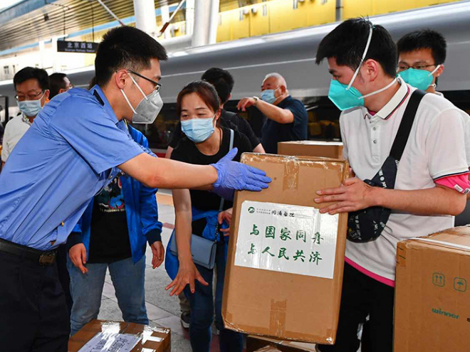 Wuhan medical workers head for Beijing for support