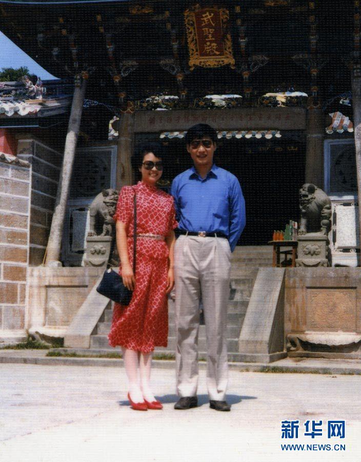 这是1987年8月,习近平和彭丽媛在福建东山岛。 新华社发.jpg