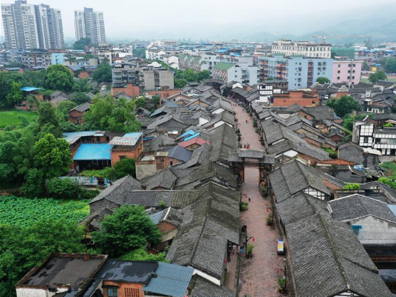 Tourists experience making of Rongchang pottery in Chongqing