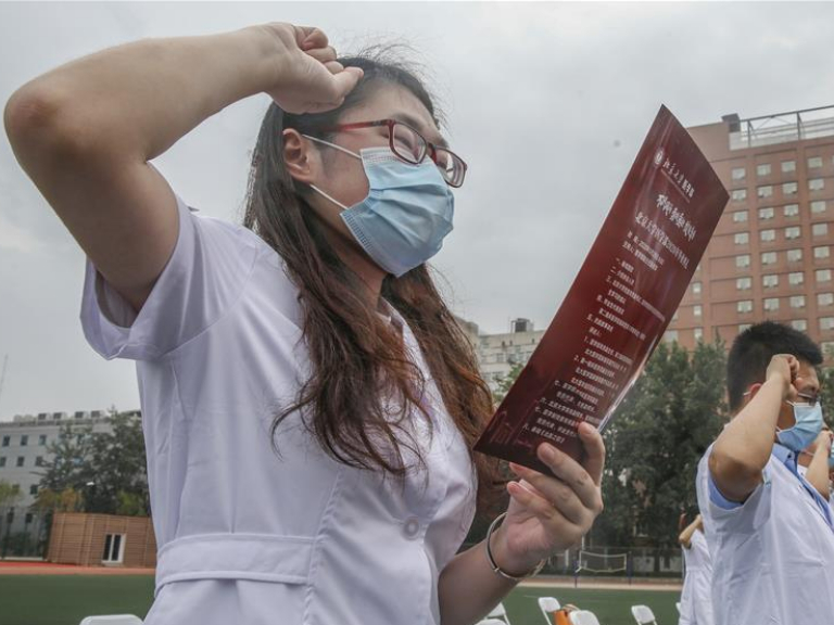 Graduates attend commencement ceremony of Peking University Health Science Center
