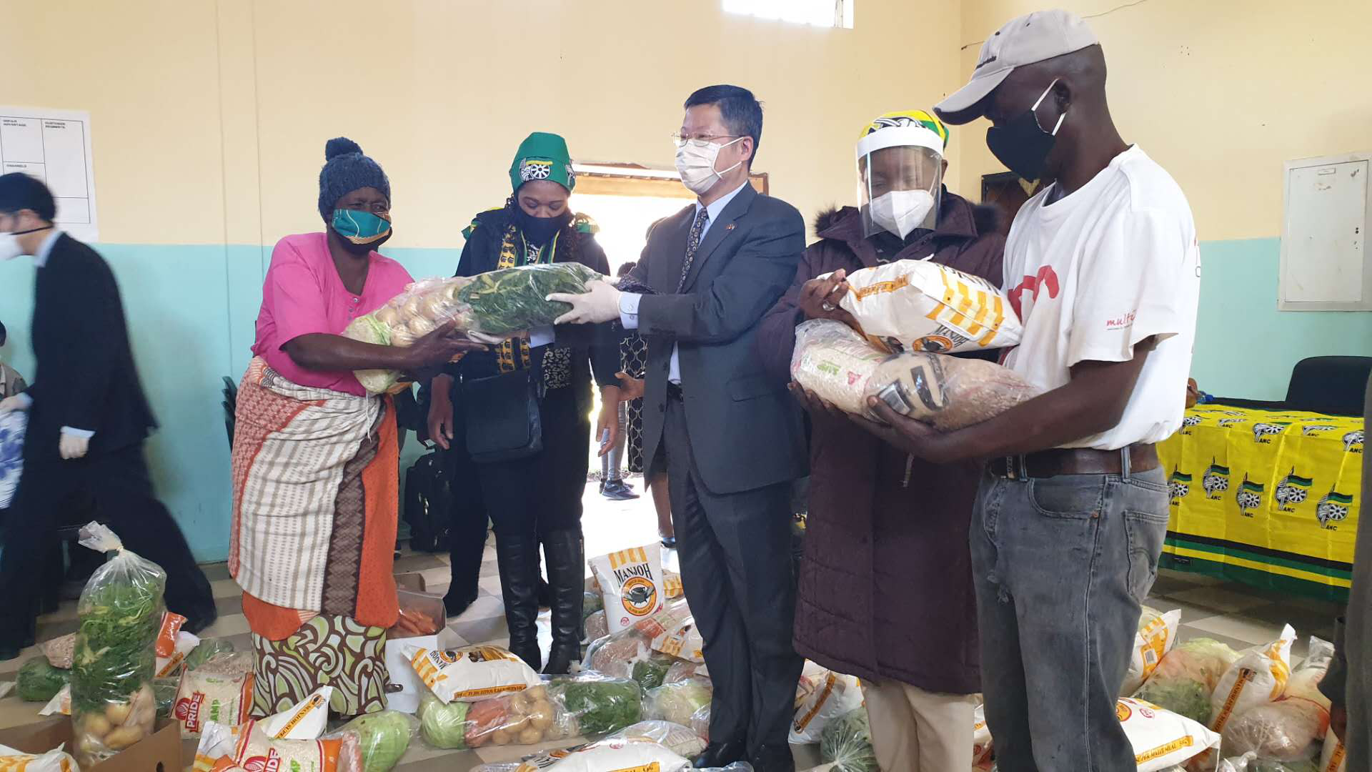 Chinese embassy distributes food parcels, masks to aid anti-virus fight in S. Africa