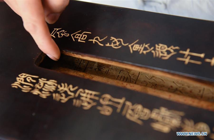 Pic story: Chinese Guqin maker in Hangzhou