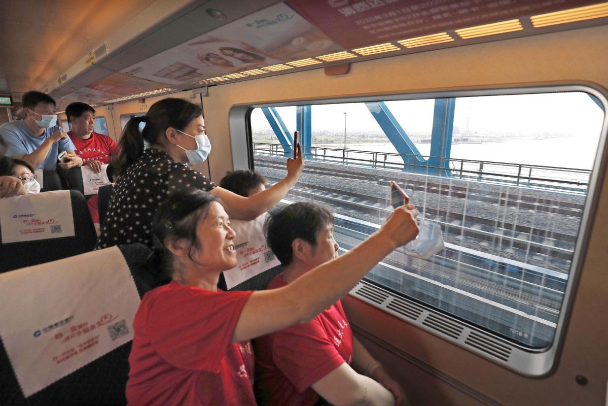 Bridge linking two cities over Yangtze opens