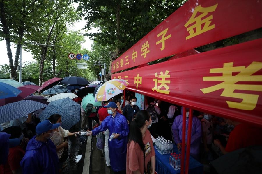 Rain falls as students take gaokao
