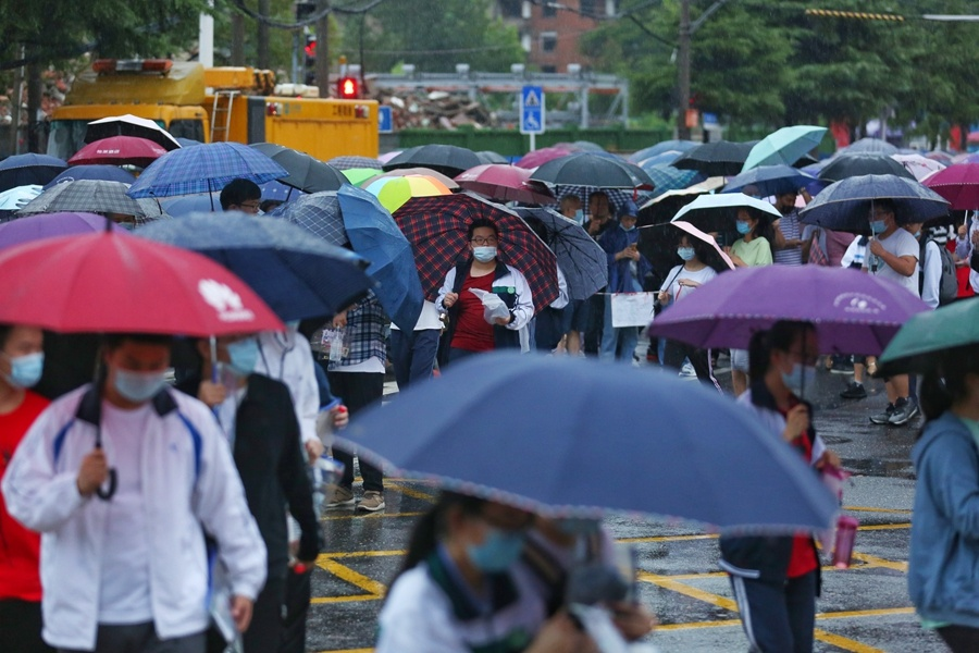 Rain falls as students take gaokao in Wuhan