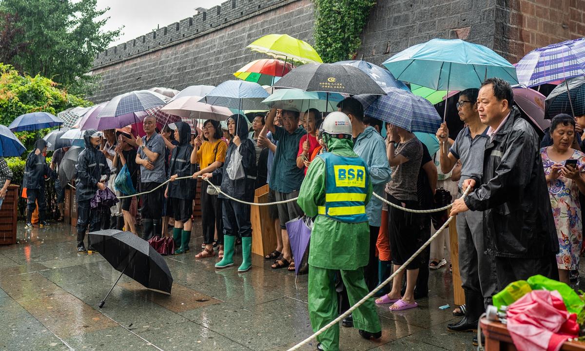 400,000 Hubei students sit gaokao undeterred by floods, virus