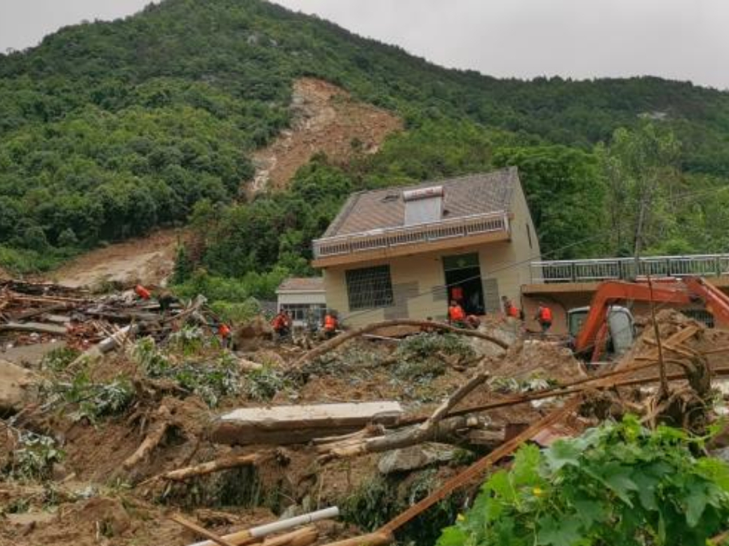 Landslide traps 9 in Central China's Hubei