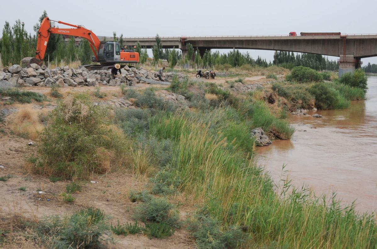 Flood endangers Yellow River embankment