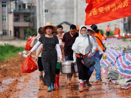 Elder women volunteers take part in fight against flood in Jiangxi