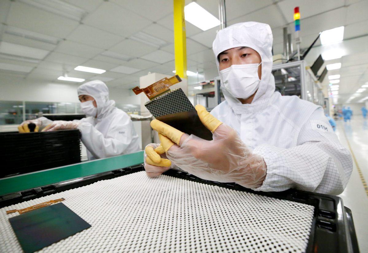 Flexible display panel makers eye higher sales