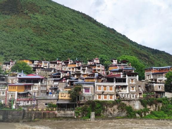 Unique culture, tourism revive Tibetan village in Sichuan