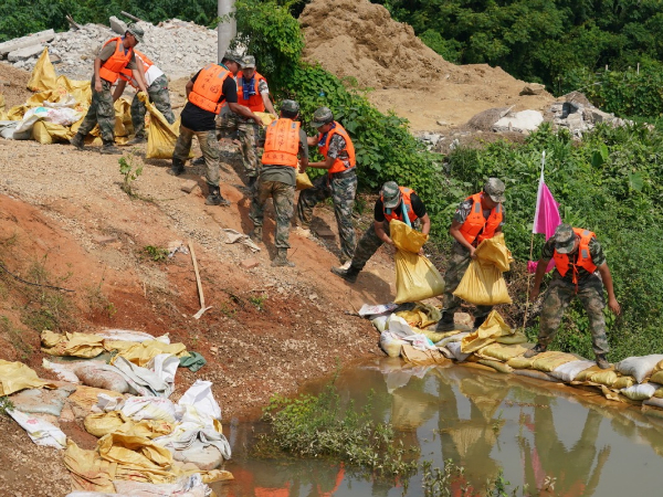 Volunteers from Shanxi help flood-hit Jiangxi