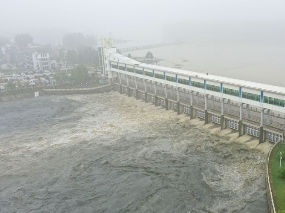 The sluice gate opens to flood storage in East China's Anhui