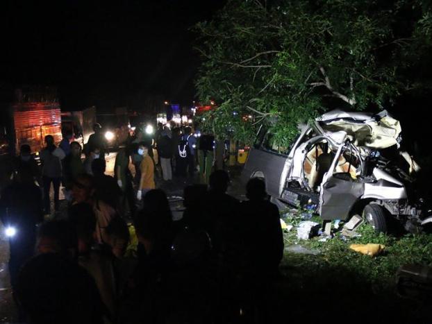 Coach-truck collision kills 8 in central Vietnam