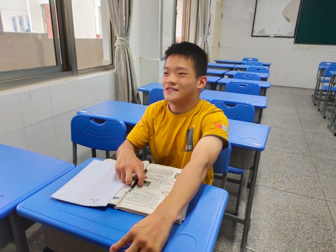 Chinese student with cerebral palsy aces college entrance exam