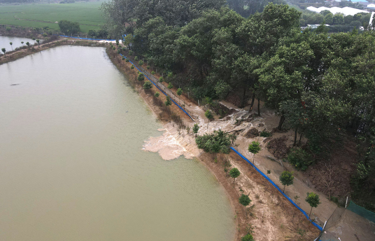 Villagers relocate as floodwater spills from freshwater lake in E. China
