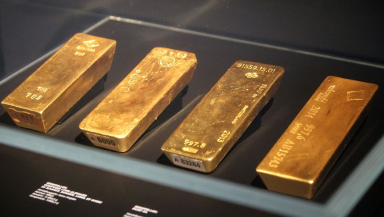 Gold hits record high as US dollar drops to 2-year low